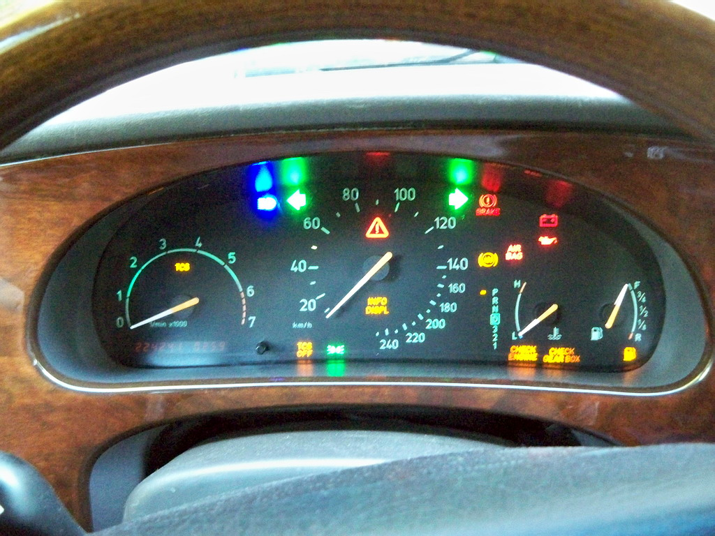 http://sapro.ru/bardak/saab/100_4831_saab_9-5_instrument_cluster_with_led_lamps.JPG